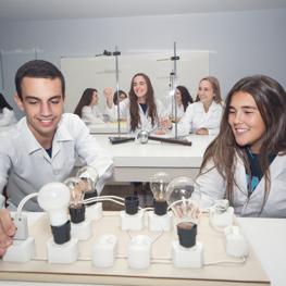 Physik- Chemie- und Biologielabors und Informatikraum.